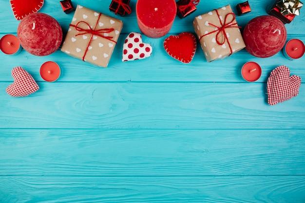 Valentinsgrußdekorationen und -geschenke auf hellblauer oberfläche
