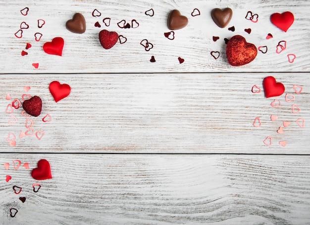 Valentinsgrußfeiertag, herzkonfettis auf bretterboden