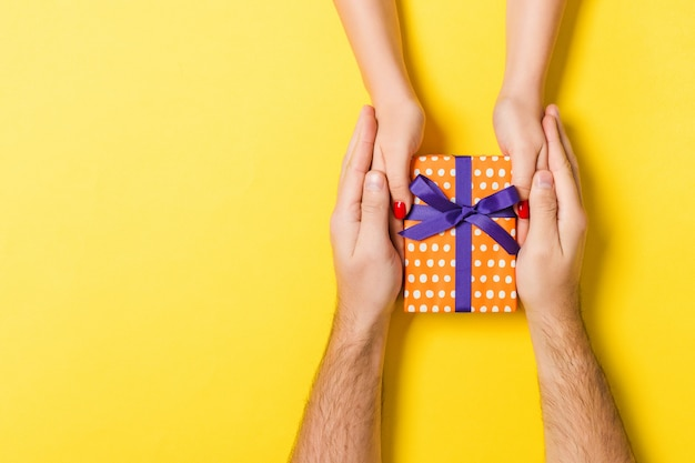 Valentinsgrußgeschenk geben in der feiertagsdekoration, copyspace