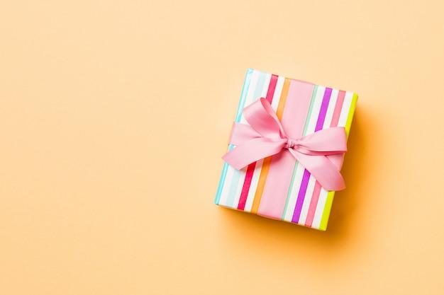 Valentinsgrußgeschenk in der draufsicht der feiertagsdekoration, copyspace