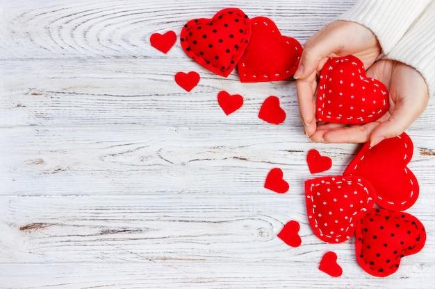 Valentinsgrußgeschenk in der feiertagsdekoration, copyspace