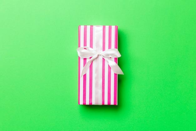 Valentinsgrußgeschenkbox auf farbigem hintergrund, draufsicht.