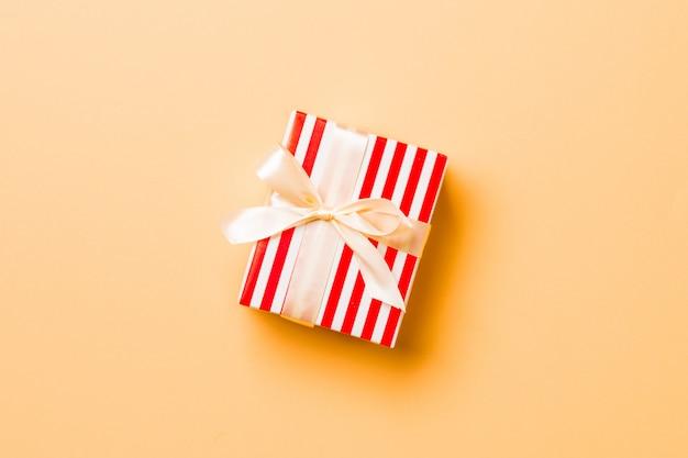 Valentinsgrußgeschenkbox mit beige bogen