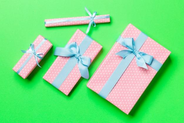 Valentinsgrußgeschenkbox mit blauem bogen