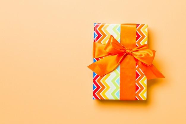 Valentinsgrußgeschenkbox mit orange bogen