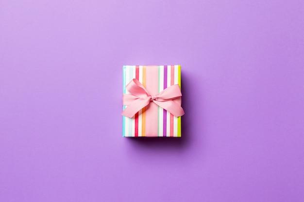 Valentinsgrußgeschenkbox mit rosa bogen