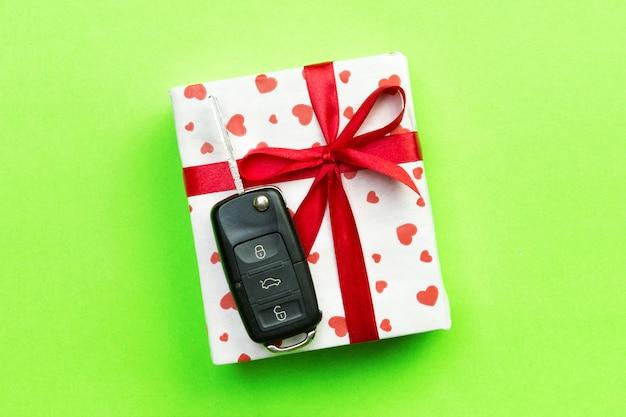 Valentinsgrußgeschenkbox mit rotem bogen und autoschlüssel