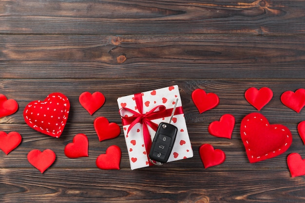 Valentinsgrußgeschenkbox mit roten herzen und autoschlüssel