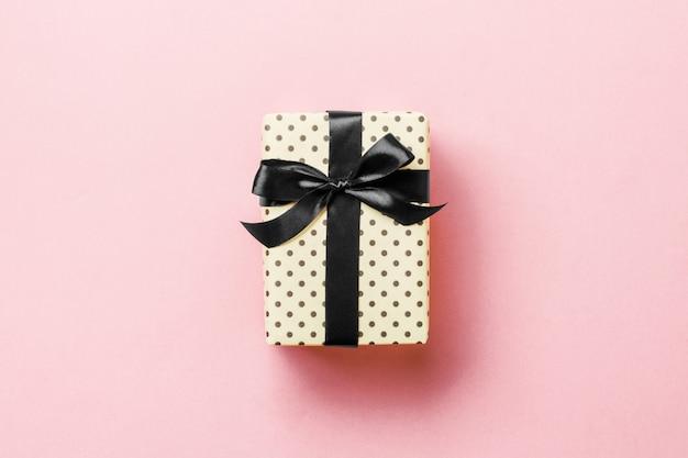 Valentinsgrußgeschenkbox mit schwarzem bogen