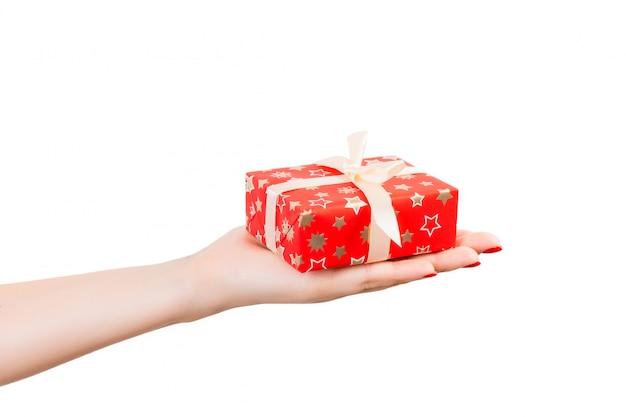Valentinsgrußgeschenkbox mit weißem bogen auf einer hand