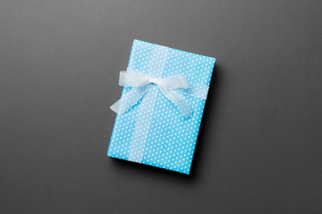 Valentinsgrußgeschenkbox mit weißem bogen