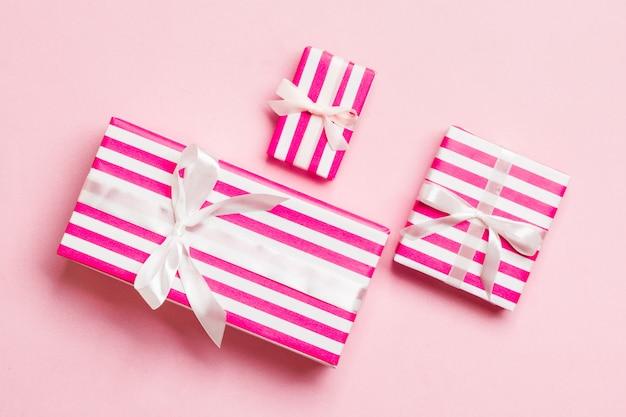 Valentinsgrußgeschenkboxen mit weißem bogen