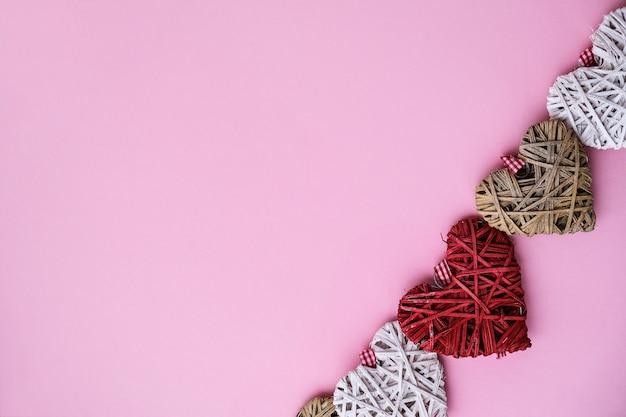 Valentinsgrußherzen auf rosa hintergrund mit kopienraum. symbole der liebe in herzform für happy valentinstag, frauen, muttertag, geburtstag. geschenkkarte