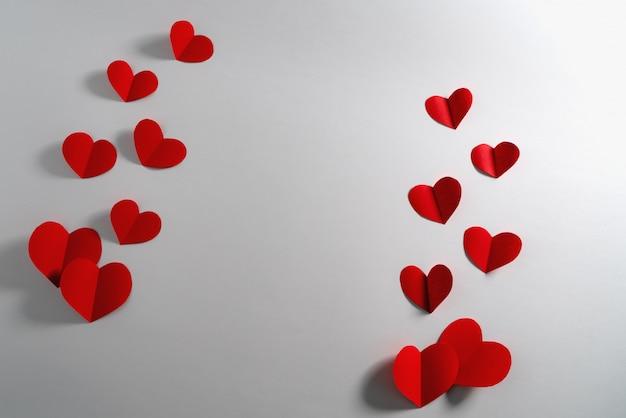 Valentinsgrußkarte mit rotem herzen auf weißem hintergrund, zusammenfassung, ebenenlage, draufsicht