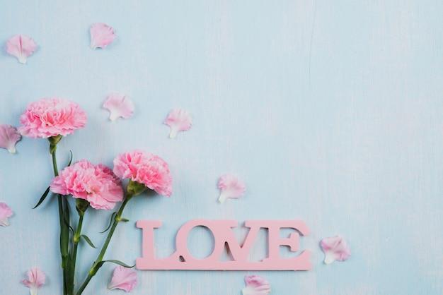 Valentinsgrußtag und liebeskonzept auf hölzernem hintergrund.