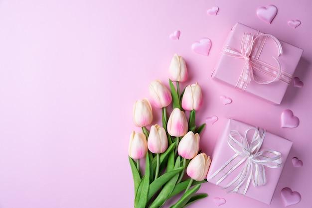 Valentinsgrußtag und liebeskonzept auf rosa hintergrund.