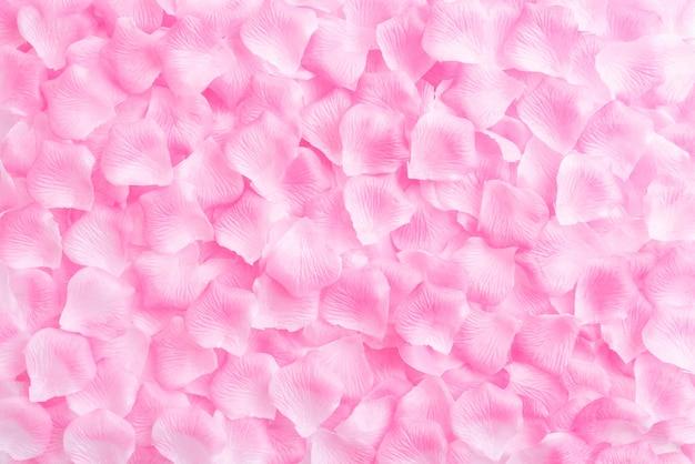 Valentinsgrußtageshintergrund, rosa rosenblumenblätter auf hölzernem hintergrund.