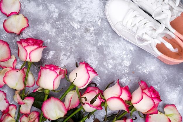 Valentinsgrußtageshintergrundrahmen mit rosafarbenem blumenblumenstrauß und -schuhen