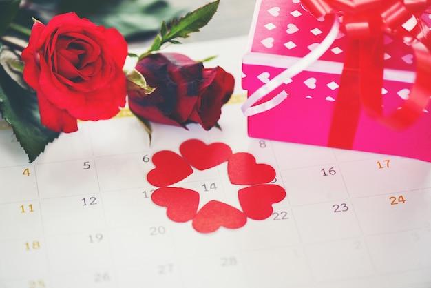 Valentinsgrußtageskalenderliebeszeitkonzept-ed-herz am 14. februar der rosa geschenkbox des valentinstags und der roten rosen blume