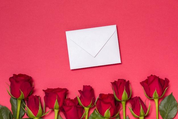 Valentinsgrußtagesmitteilungshintergrund, nahtloser roter hintergrund mit roten rosen, anmerkung