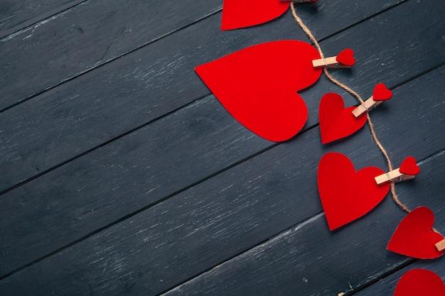 Valentinsgrußtagesrotes herz auf altem hölzernem hintergrund.