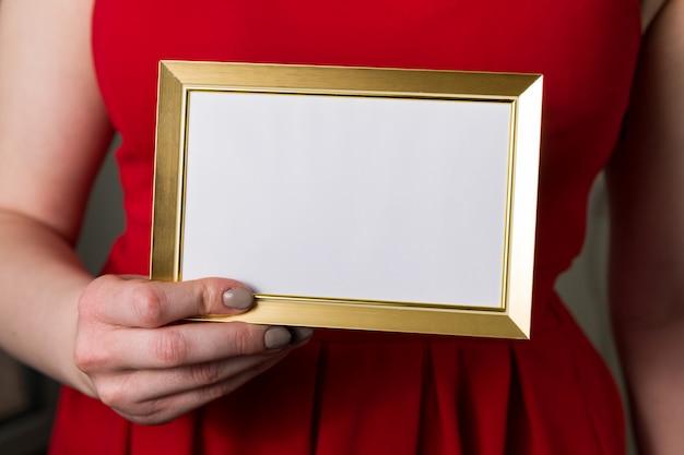 Valentinsgrußtagesspott oben, frau, die leeren rahmen in der handnahaufnahme hält