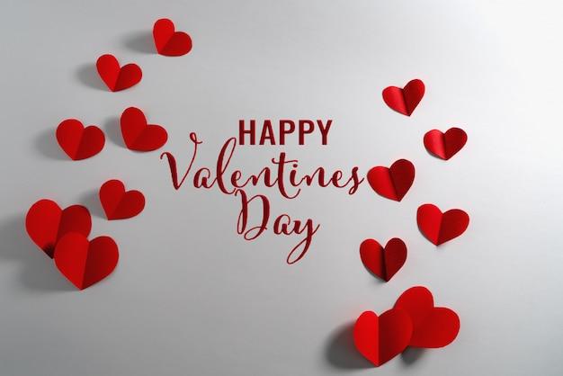 Valentinskarte mit rotem herzen auf weiß
