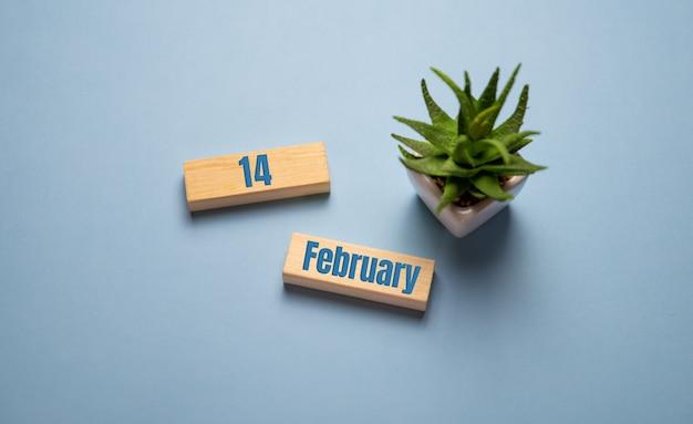 Valentinstag 14 februar auf holzklötzen auf blau.