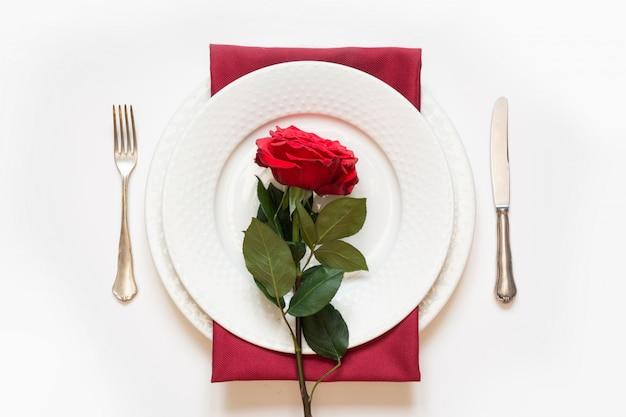 Valentinstag abendessen. romantisches gedeck mit rotrose. von oben betrachten.