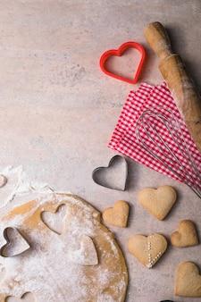 Valentinstag backhintergrund. zutaten zum kochen valentinstag herz. kopierbereich der draufsicht.