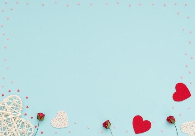 Valentinstag blau mit rattan und filzherzen rote rosen und kleine rote und rosa herzen