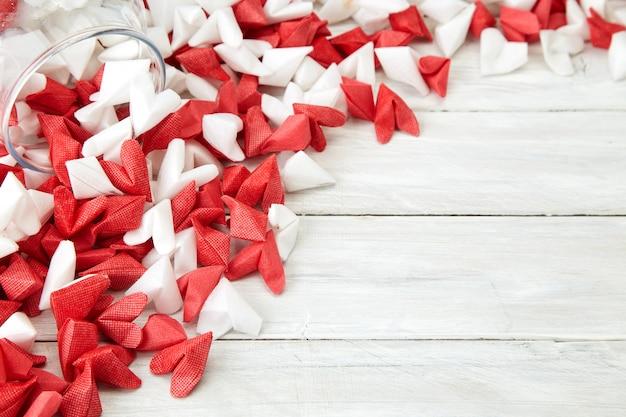 Valentinstag, der liebespapierherz in der glasflasche symbolisiert