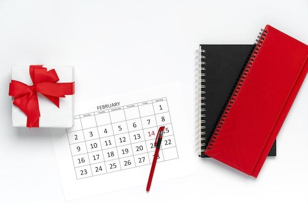 Valentinstag, draufsicht des kalenders mit stift, geschenkbox und notizblock