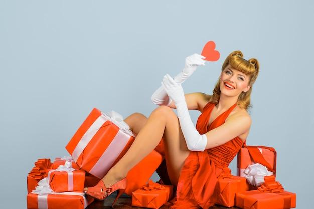 Valentinstag februar liebeskonzept der valentinstagfrau im roten kleid mit geschenken pin up geschenk