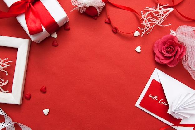Valentinstag flach lag auf einem roten hintergrund. .