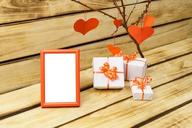 Valentinstag fotorahmen auf holzoberfläche