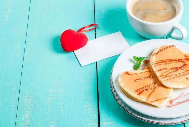 Valentinstag frühstück mit pfannkuchen