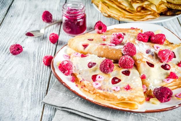 Valentinstag frühstück mit süßen crepes