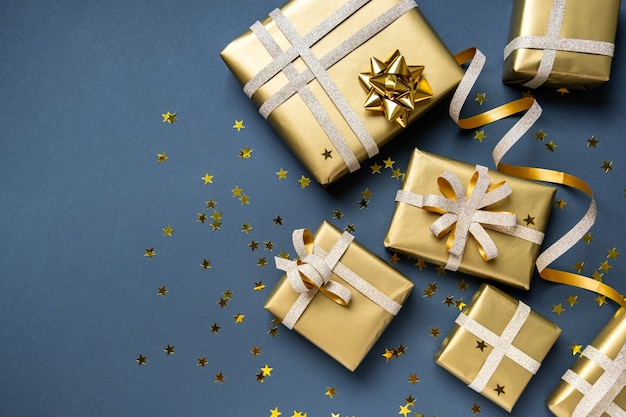 Valentinstag, geburtstag, verkauf, neujahr weihnachten wohnung lag. viele geschenke und festliche dekorationen auf dunkelblauem hintergrund.
