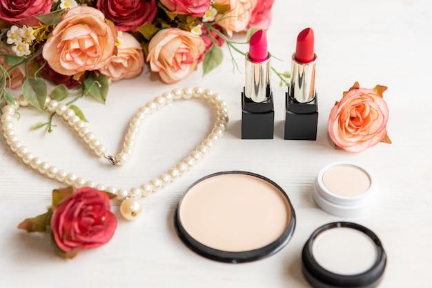 Valentinstag geschenk. make-upkosmetikwerkzeuge auf holztisch