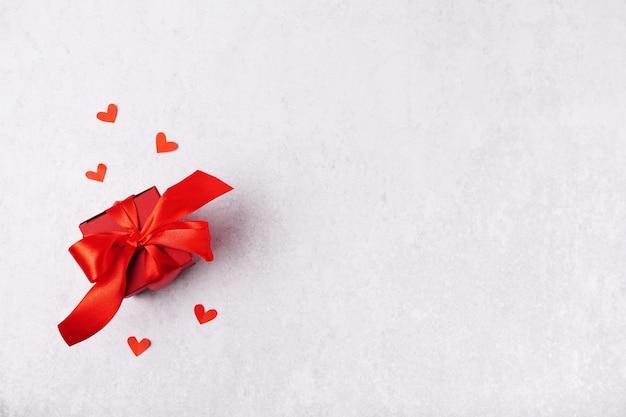 Valentinstag geschenkbox, herzen auf grauem hintergrund mit kopienraum