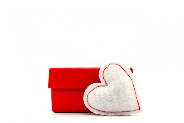Valentinstag, geschenkbox kraftpapier mit einem roten band und kerzen. rustikaler stil