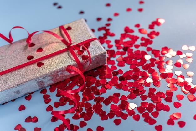 Valentinstag geschenkbox mit rotem herzförmigen glitzer