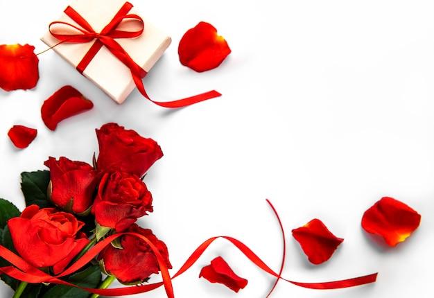 Valentinstag geschenkbox und rote rosen bouquet auf einer weißen oberfläche