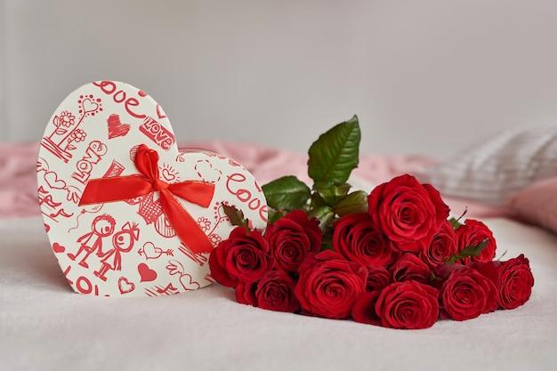 Valentinstag geschenkbox und rote rosen
