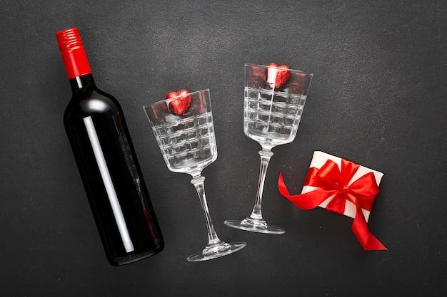 Valentinstag geschenkbox und weinflasche