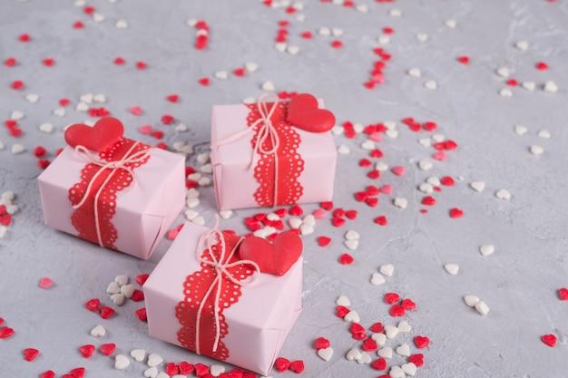 Valentinstag geschenkboxen mit geschenken und dekorationen. ansicht von oben