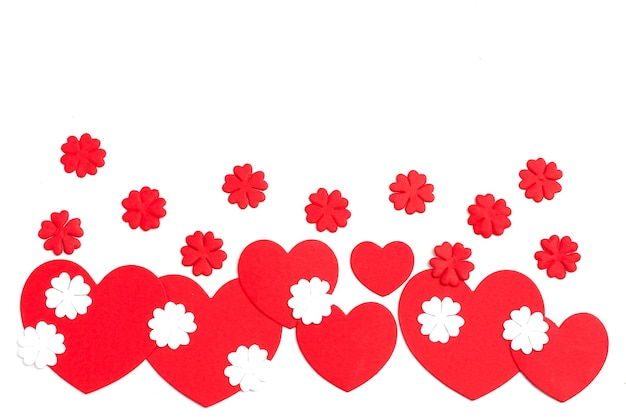 Valentinstag geschnittenes rotes papierherz mit weißem hintergrund.