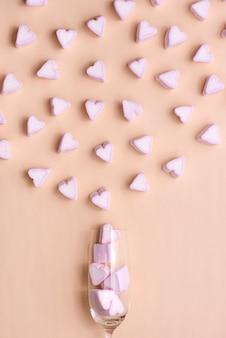 Valentinstag glas mit vielen süßigkeiten herzen marshmallows
