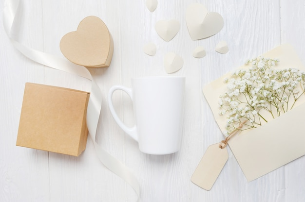 Valentinstag grußkarte brief in umschlag und becher mit herz valentin geschenkbox